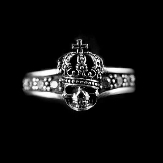 Totenkopf Ring mit Krone und kleinen Steinen