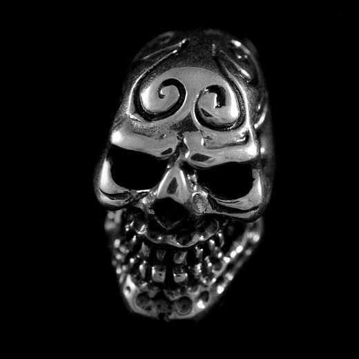 Ohrstecker mit Totenkopf und Verzierungen auf der Stirn