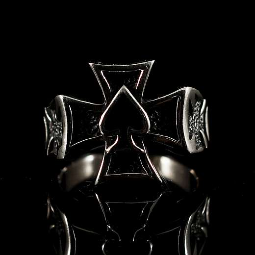 Bikerschmuck Ring mit Pik As Symbol im Templer Kreuz