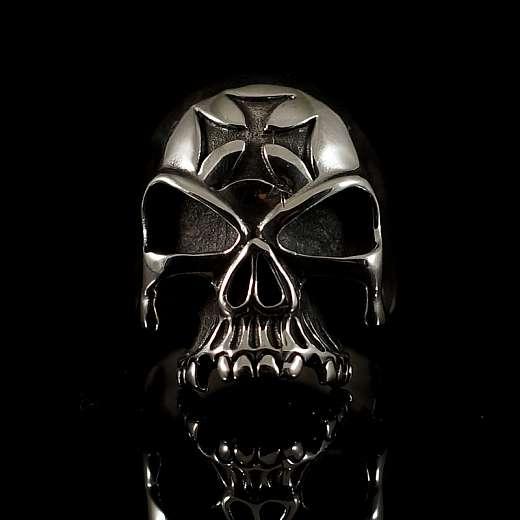 Totenkopf Ring mit Templerkreuz aus Silber