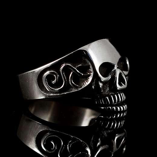Totenkopfring aus Silber mit Verzierungen