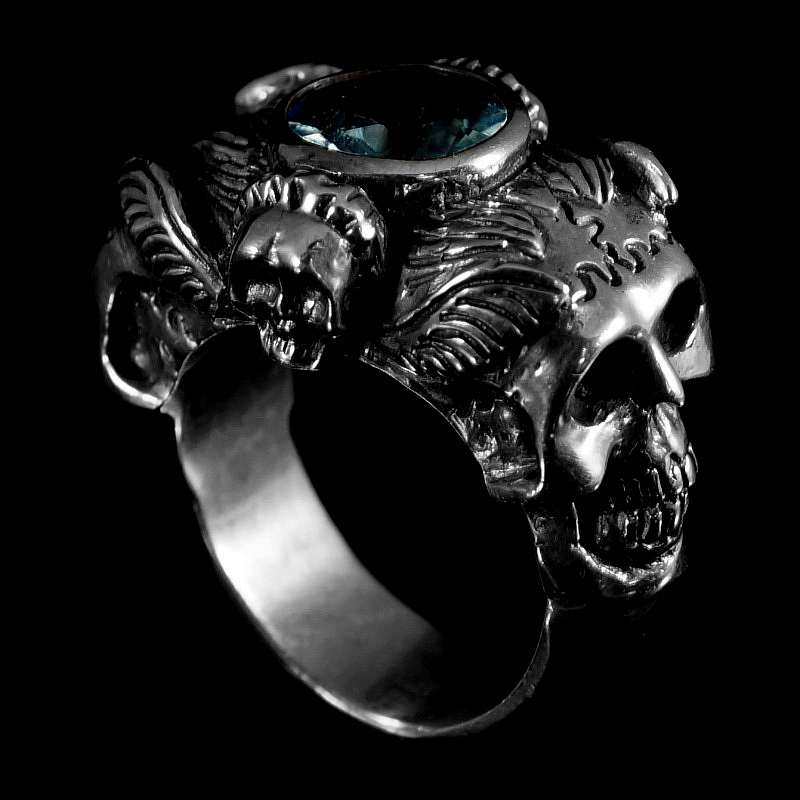 massiver totenkopf ring mit gro em stein. Black Bedroom Furniture Sets. Home Design Ideas