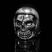 Totenkopfring mit Helm aus Silber