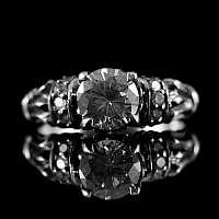 Mittelalterlicher Ring mit weißem Zirkonia Stein