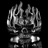 Heißer Totenkopf Ring mit lodernen Flammen