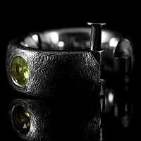 Scharnier Ring mit Peridot und Verschluss