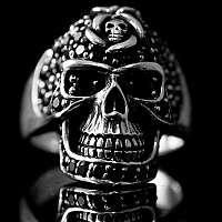 Bikerschmuck Ring Totenkopf mit kleinen Skulls