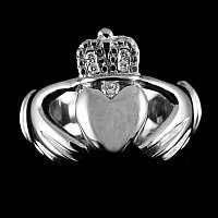 Claddagh Ring mit Diamanten