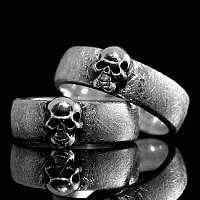 Eheringe, Hochzeitsringe, Trauringe in eismatt mit Totenkopf