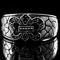 Ring mit Musterung und Fleur de Lis Mittelalter Schmuck