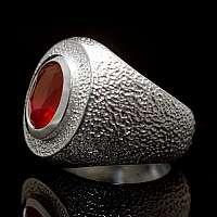 Handgearbeiteter Ring aus Silber mit Rubin