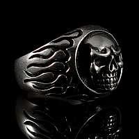 Ring mit Totenkopf und Flammen