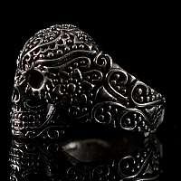 Totenkopf Ring mit Ornamenten