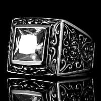 Ring mit Kronen und großem Stein
