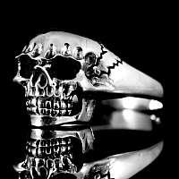Schmaler Rocker Schmuck Totenkopfring aus Silber
