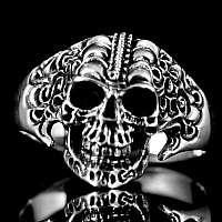 Skull Ring mit Tribals