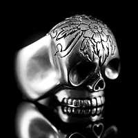 Skullringe mit Gravur auf der Stirn aus 935er Silber