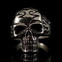 Totenkopf Ring mit Flammen und Tribal